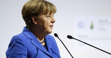 epa05049084 German Chancellor Angela Merkel delivers a speech as he attends Heads of States' Statements ceremony of the COP21 World Climate Change Conference 2015 in Le Bourget, north of Paris, France, 30 November 2015. The 21st Conference of the Parties (COP21) is held in Paris from 30 November to 11 December aimed at reaching an international agreement to limit greenhouse gas emissions and curtail climate change. EPA/YOAN VALAT +++(c) dpa - Bildfunk+++