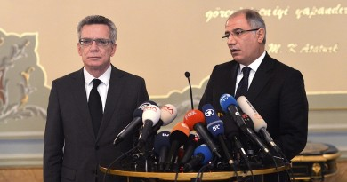 epa05099764 German Interior Minister Thomas de Maiziere (L) and his Turkish counterpart Efkan Ala (R) attend a press conference in Istanbul, Turkey, 13 January 2016. German Chancellor Angela Merkel described 12 January 2016's suicide attack in Istanbul in which 10 people died, eight of them Germans, as a 'murderous act.' The Turkish government blamed Islamic State for the suicide bombing in the tourist heart of Istanbul in which eight German citizens were among the dead and nine were injured. EPA/DENIZ TOPRAK +++(c) dpa - Bildfunk+++